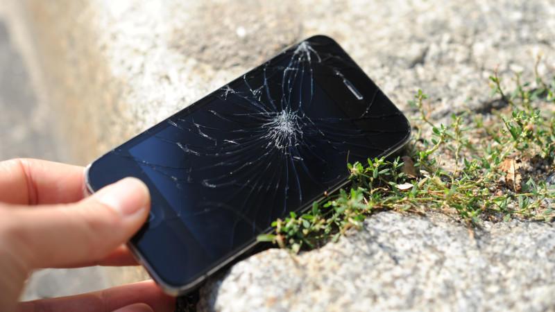 Bezahlt das eine Handy-Versicherung? Gerade die Bildschirme von Smartphones gehen bei einem Sturz schnell zu Bruch.