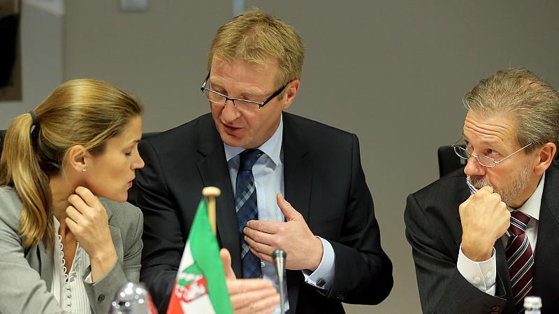 Der nordrhein-westfälische Innenminister Jäger (SPD, zu sehen in der Mitte des Bildes) mit Mitarbeitern seines Hauses.
