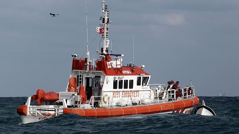 24 Leichen bargen Retter bisher aus dem Bosporus. Sieben Verletzte konnten gerettet werden.