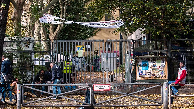 Die ehemalige Gerhart-Hauptmann-Schule in Kreuzberg soll nach zwei Jahren der Besetzung durch Flüchtlinge geräumt werden.