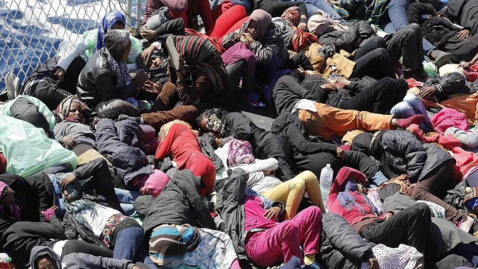 Bootsflüchtlinge werden über das Projekt 'mare nostrum' aus dem Mittelmeer gerettet.