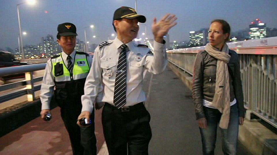 RTL-Reporterin Pia Schrörs und Polizisten auf der Mapo-Brücke in Südkorea.