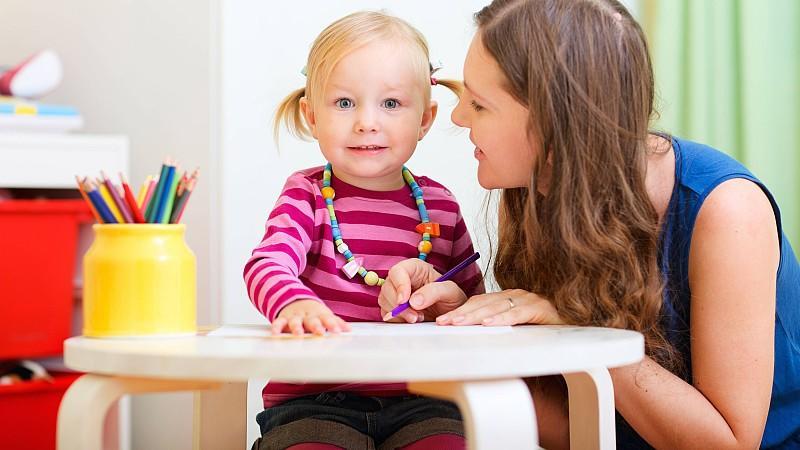 Ist die Mama beim Start in den Kindergarten dabei, fällt die Eingewöhnung leichter.