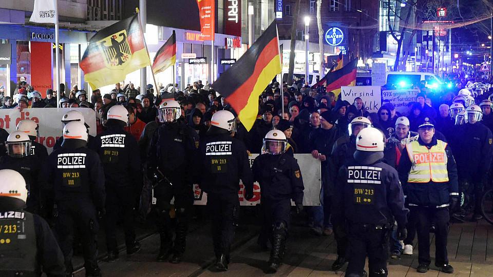 Vier Polizisten wurden verletzt als sie das Aufeinandertreffen von Pegida-Demonstranten und Gegnern der Bewegung zu verhindern.