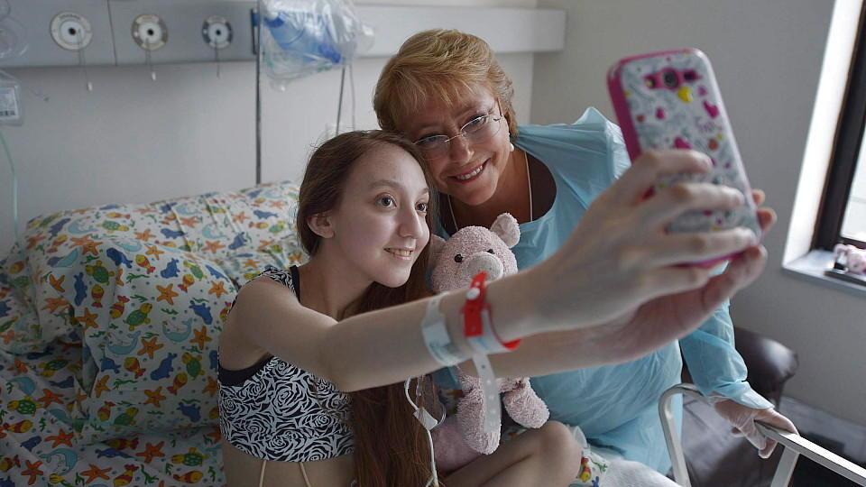 Valentina Maureira macht ein Erinnerungsfoto mit Chiles Präsidentin Michelle Bachelet.