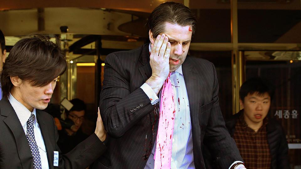 US-Botschafter Lippert musste mit Schnittwunden ins Krankenhaus gebracht werden.