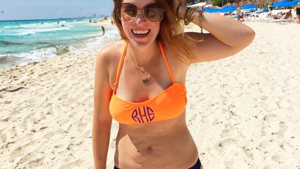 Trotz Schwangerschaftsstreifen posiert Rachel im Bikini vor der Kamera.