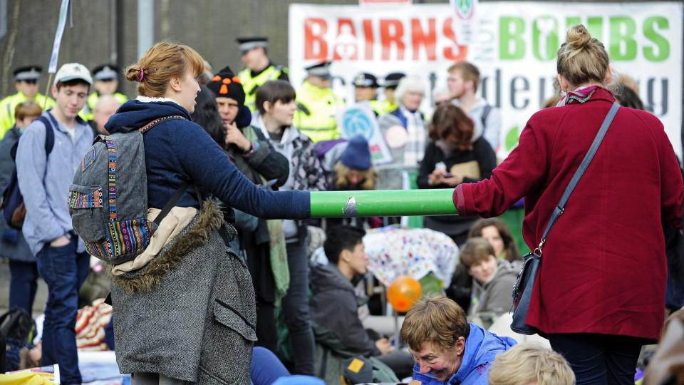 In Schottland haben hunderte Demonstranten die britische Militärbasis Faslane blockiert.