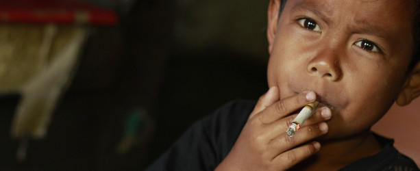 Unfassbar! Siebenjähriger raucht Zigaretten - GARUT, INDONESIA - FEBRUARY 26:  Dihan Awaiidan, 7, take a drag on his cigarette, on February 26, 2015, in Garut, West Java, Indonesia. A CIGARETTE hangs expertly from the mouth of a se