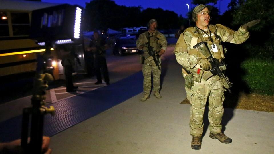 Amerikanische Soldaten evakuieren die Ausstellung der Mohammed-Karikaturen.