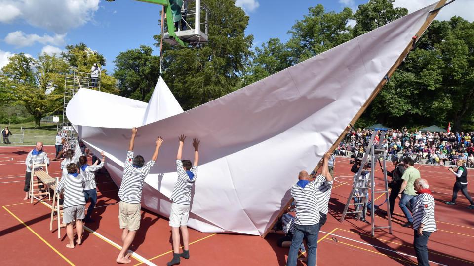In Karlsruhe wurde das größte Boot der Welt aus Papier gefaltet.