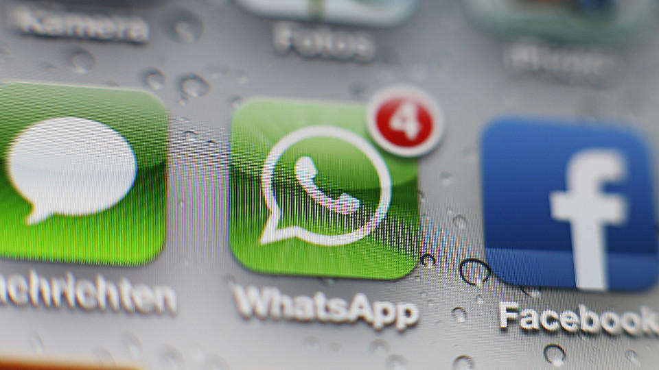 Smartphone-Display mit WhatsApp Icon