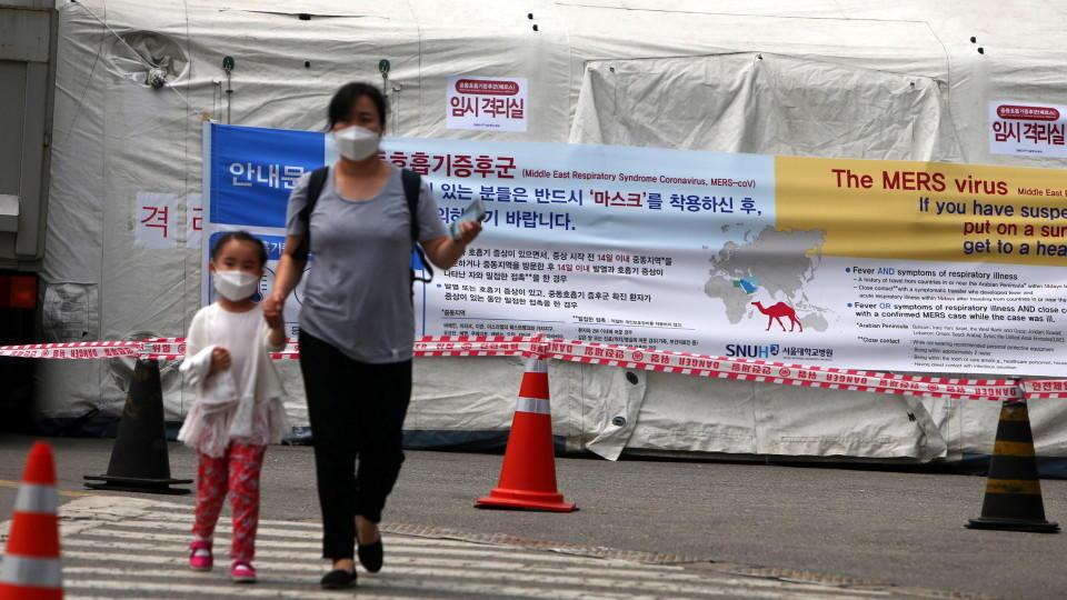 In Südkorea haben die Behörden angesichts des Mers-Ausbruchs mit zwei Toten vorsorglich 230 Schulen geschlossen.