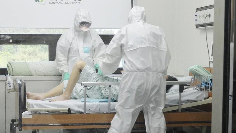 Ärzte in Schutzanzügen untersuchen im Universitätsklinikum in Daejeon einen mit Mers infizierten Patienten auf der Isolierstation.