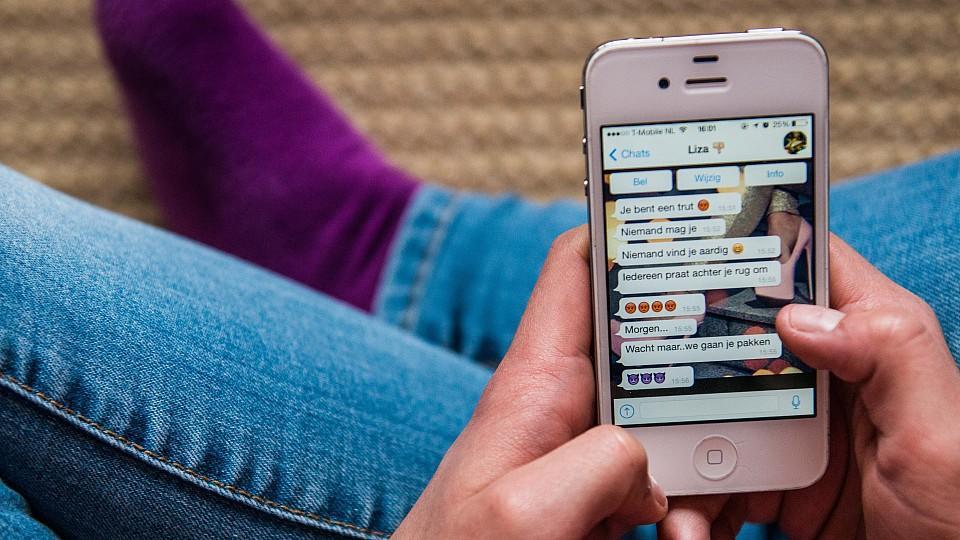 WhatsApp: Hand mit Smartphone