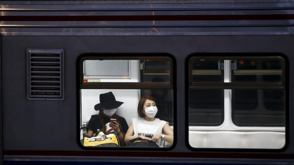 Etwa in Zügen versuchen sich die Südkoreaner zu schützen.