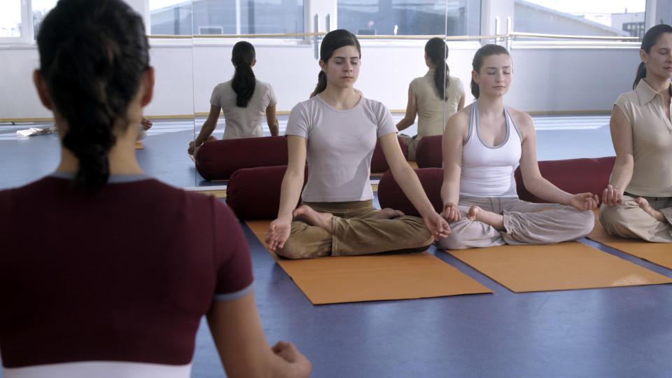 Eine Gruppe junger Frauen bei der Sitzmeditation