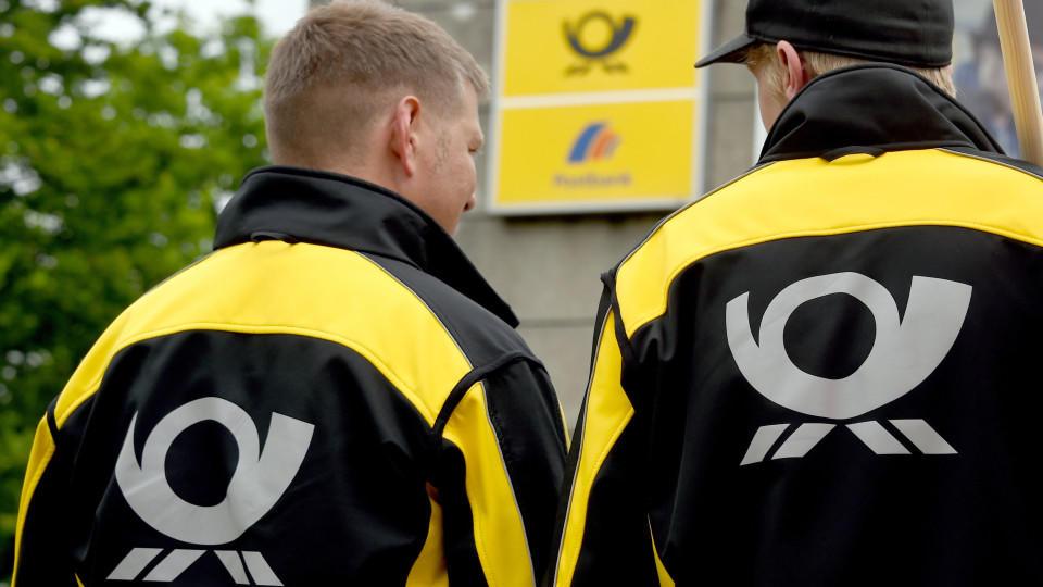 Streikende Postmitarbeiter stehen am 18.06.2015 in Kiel (Schleswig-Holstein) vor einer Postfiliale. Die Vereinte Dienstleistungsgewerkschaft (ver.di) erhöht den Druck in der Auseinandersetzung bei der Deutschen Post AG und hat weitere Bereiche der Br