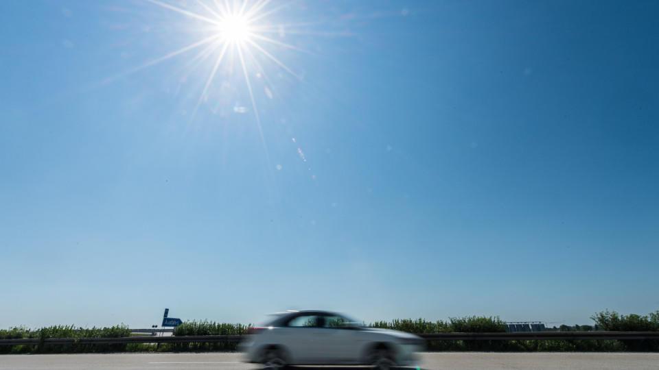 Bei hohen Temperaturen kann die Temperatur in Autos schnell auf bis zu 60 Grad ansteigen.