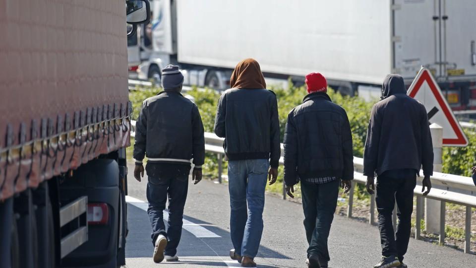In einem Lastwagen wollten 15 Menschen illegal nach Großbritannien reisen, dabei wären sie fast erstickt. (Motivbild)