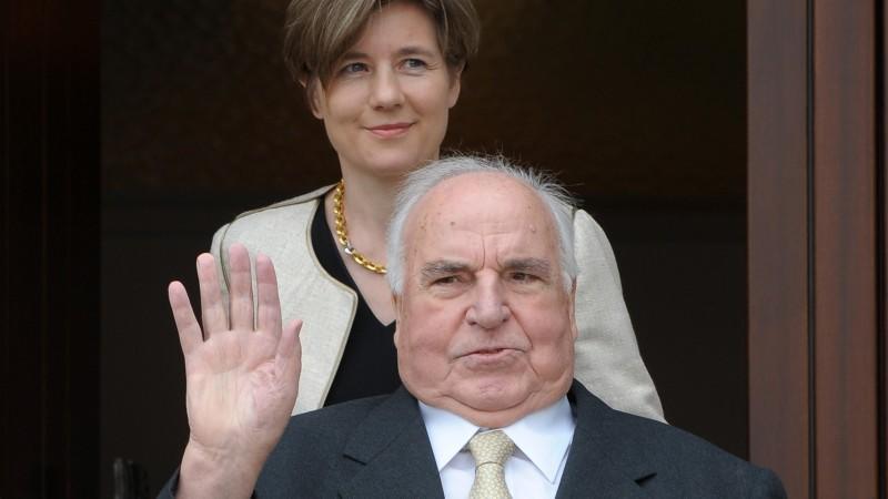 Altkanzler Helmut Kohl (CDU) und seine Ehefrau Maike Kohl-Richter kommen zusammen am Samstag (03.04.2010) an ihrem Wohnhaus in Ludwigshafen-Oggersheim vor die Eingangstüre. Kohl feiert am 3. April seinen 80. Geburtstag. Eine zentrale Feier wird es am