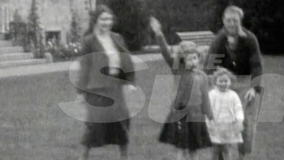 Auf diesem Foto zeigt Queen Elizabeth II. als Kind den Hitlergruß.