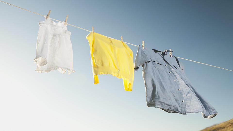 Wäsche hängt auf der Leine