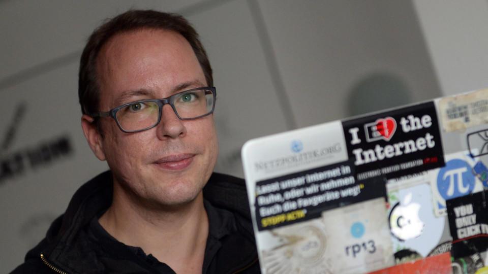 """ARCHIV - Markus Beckedahl, Gründer des Blogs Netzpolitik.org, sitzt am 10.10.2014 in seinem Büro in Berlin.  Foto: Britta Pedersen/dpa (zu dpa """"Generalbundesanwalt ermittelt gegen Netzpolitik-Journalisten"""" vom 30.07.2015) +++(c) dpa - Bildfunk+++"""