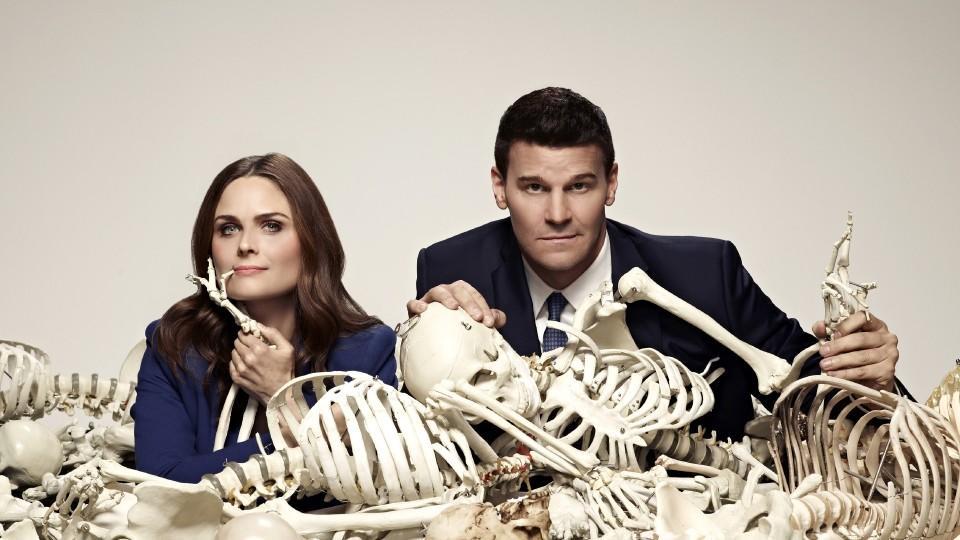 """Bones (Emily Deschanel) und Booth (David Boreanaz) gehen mit """"Bones - Die Knochenjägerin"""" in die zehnte Runde."""