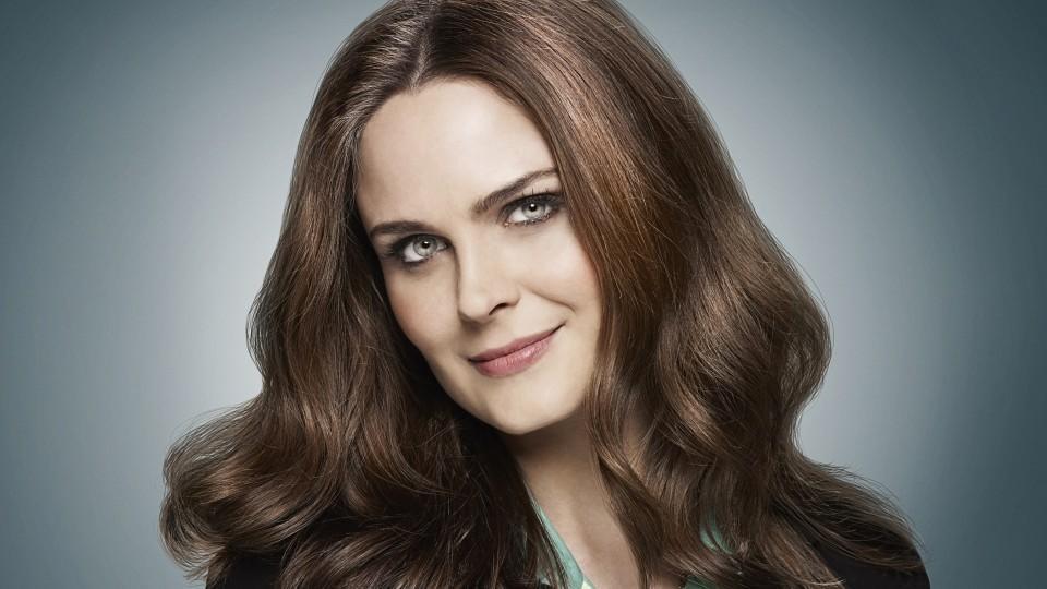 """Sie ist der Kopf des Wissenschaftler-Teams: Dr. Temperance """"Bones"""" Brennan wird gespielt von Emily Deschanel."""