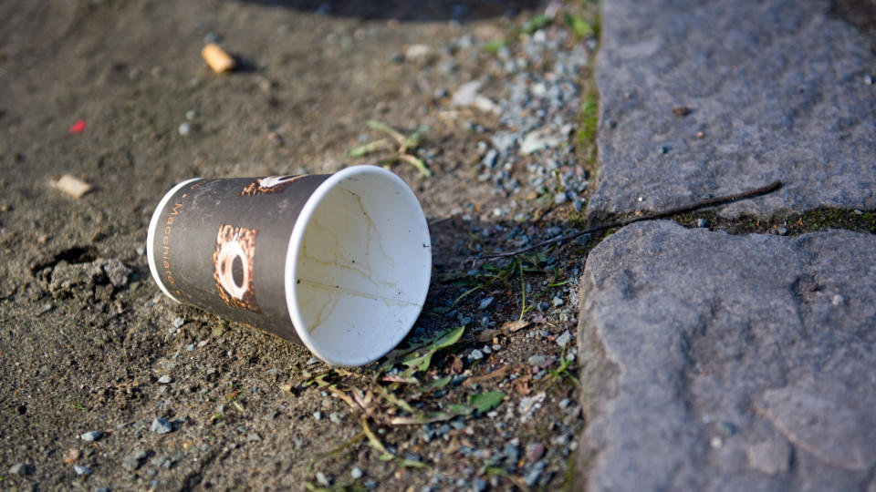 Einweg-Kaffeebecher aus Pappe sorgen in Deutschland für ein erhebliches Müllproblem.