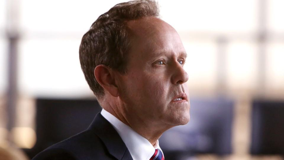 Vermittelt zwischen dem FBI und der Regierung: Director Stavros Sifter wird gespielt von Peter MacNicol.
