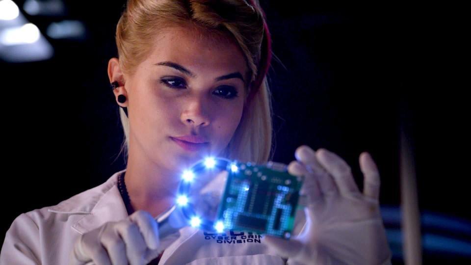 Die Social-Media-Expertin im Team: Raven Ramirez wird gespielt von Hayley Kiyoko.