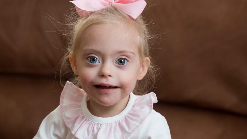 Trotz down syndrom zum kindermodel die kleine connie rose