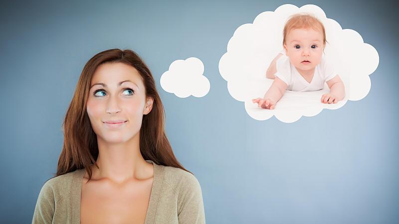 Babynamen weltweit: Frau denkt an ein Baby