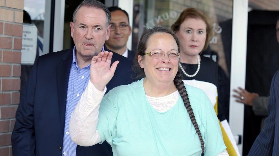 Die US-Standesbeamtin Kim Davis, die einem schwulen Paar die Eheschließung verweigert hatte, arbeitet wieder.