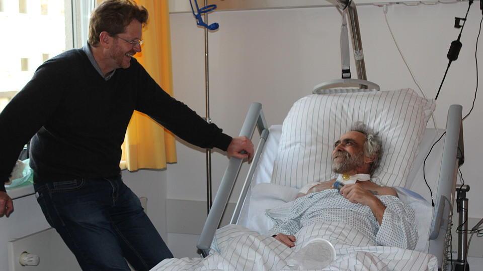 Im Zimmer des Krebskranken Kurt Bergmann steht der Palliativmediziner Lukas Radbruch.