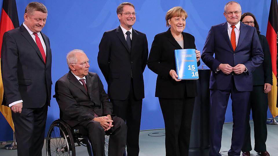 Die 'Wirtschaftsweisen' überreichten Merkel heute ihre Prognose