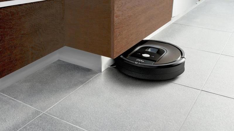 iRobots Roomba 980 kann auch unter Möbeln nach Schmutz jagen. Das Gerät kostet in der vernetzten Ausführung rund 1200 Euro. Foto: iRobot