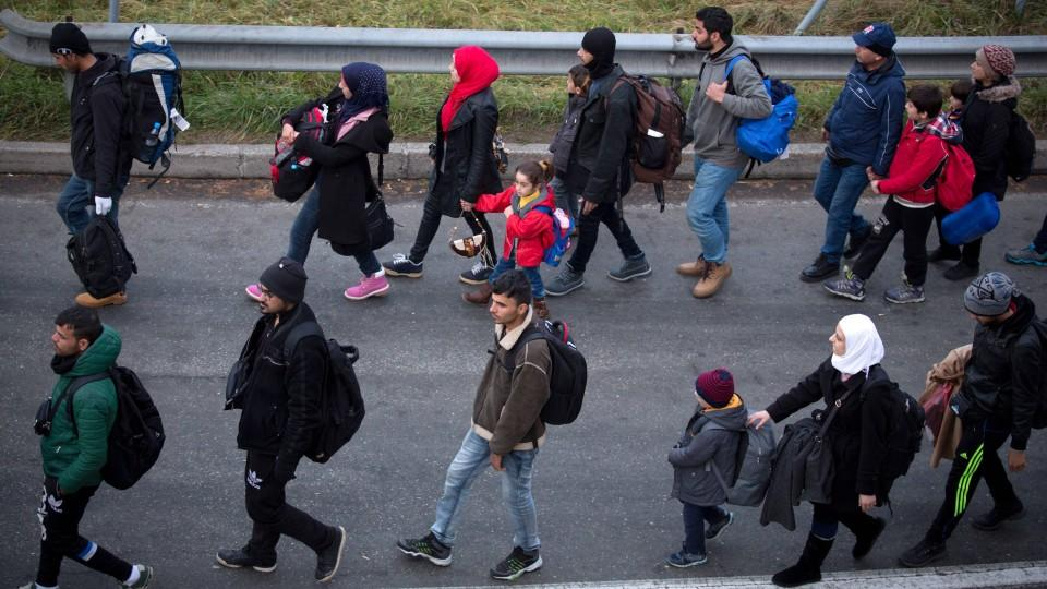 Asylsuchende marschieren durch die EU.