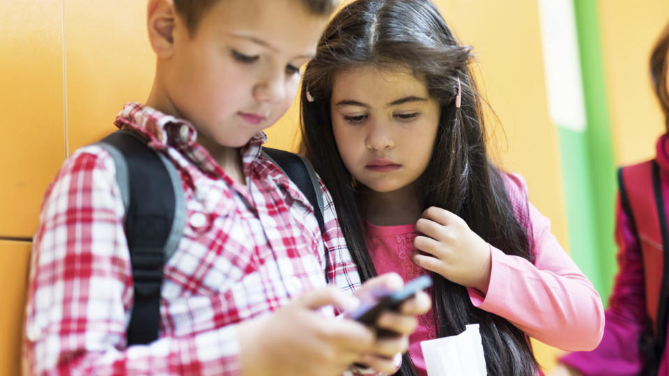 Die französische Regierung will Handys aus allen Grund und Mittelschulen verbannen.