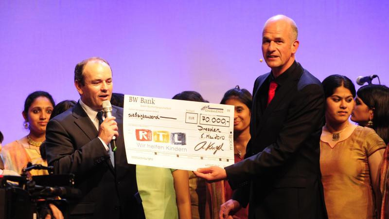 Spendenmarathon-Moderator Wolfram Kons nahm in Dresden den Scheck über 70.000 Euro entgegen.