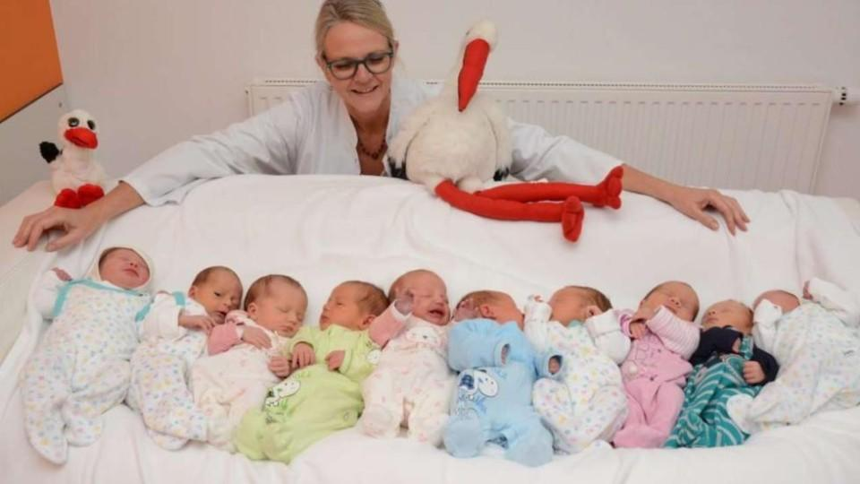 Chefärztin Dr. Corinna Bryan mit den fünf Zwillingspärchen