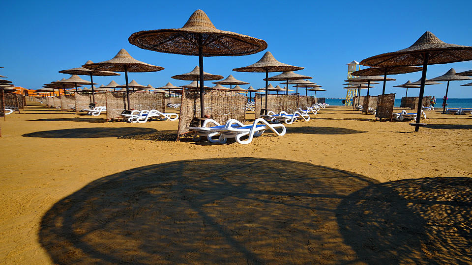 Sonnenschirme und Liegen am leeren Strand in einem Ferienresort am Roten Meer, aufgenommen am 25.12.2014. Nachdem Ägypten jahrelang aufgrund der politischen Entwicklungen im Lande unter einem starken Rückgang und dem Ausbleiben von Touristen zu leide