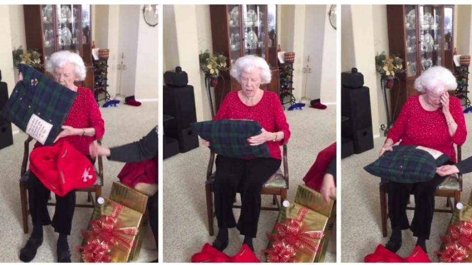 Oma ist sehr gerührt über ihr Weihnachtsgeschenk