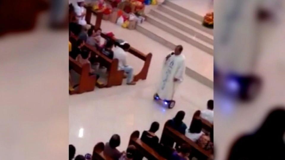 Tausenden gefällt der Hoverboard-Priester - der Kirche nicht so