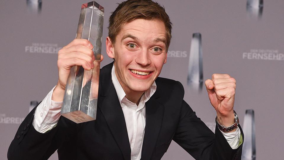 """Deutscher Fernsehpreis 2016: Jonas Nay wurde für seine als junger West-Spion in der international gefeierten und bereits preisgekrönte RTL-Serie """"Deutschland 83"""" (UFA Fiction) ausgezeichnet"""