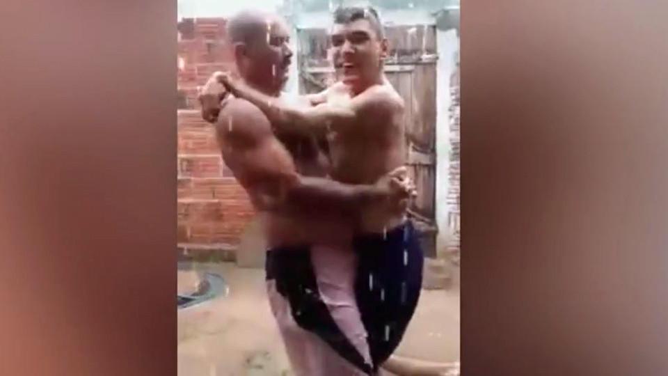 Tolles Duo im Regen: Vater trägt seinen Sohn