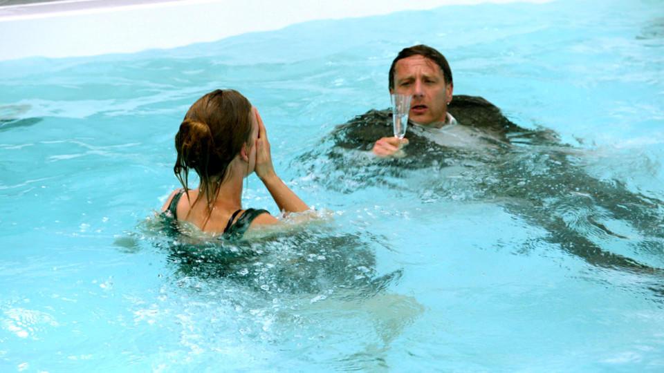 """""""Der Lehrer"""": Stefan Vollmer (Hendrik Duryn) und Schülerin Mila landen im Pool"""