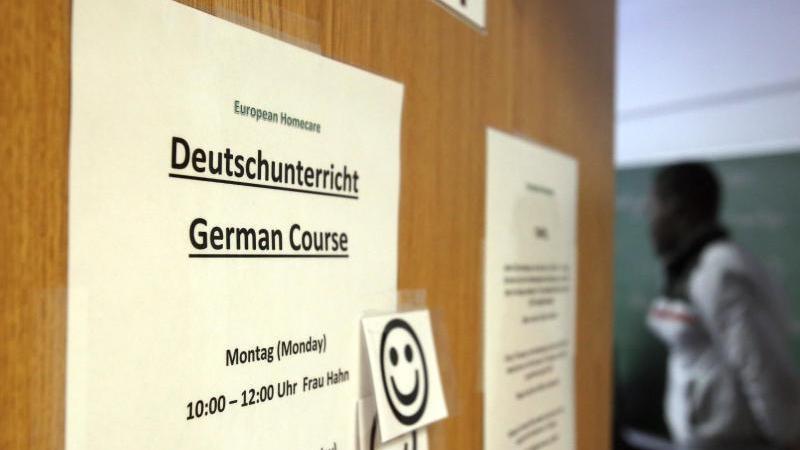 """Ein Zettel mit der Aufschrift """"Deutschunterricht"""" für Asylbewerber. Foto: Bernd Wüstneck"""